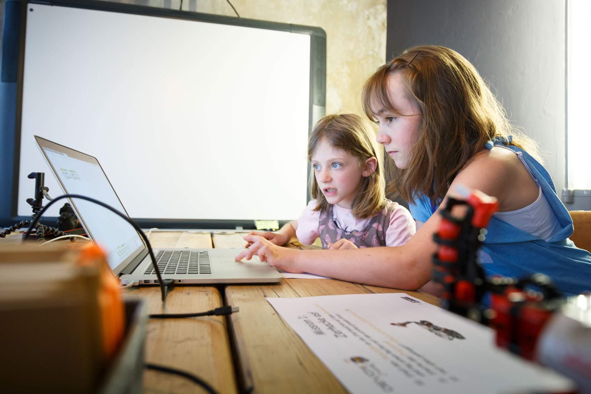 2 Mädchen programmieren auf dem Event Devoxx4Kids im Krämerloft